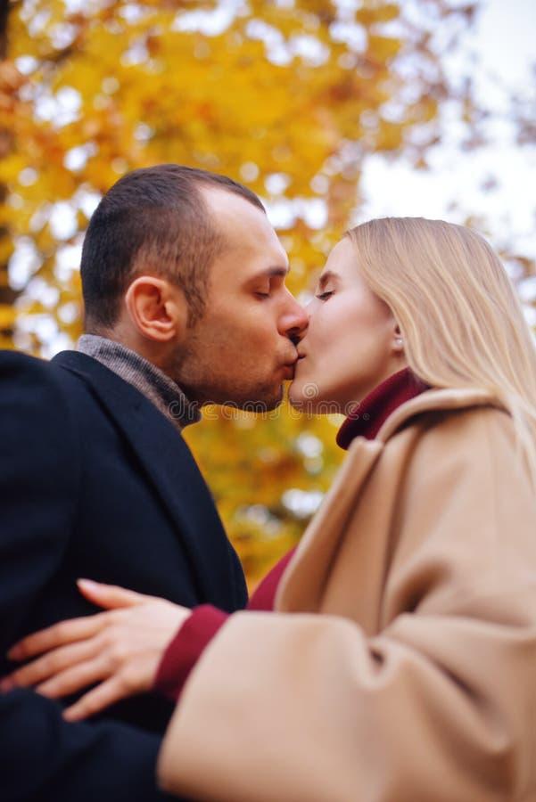 Fille et homme ou amants sur l'étreinte de date Couples dans l'amour en stationnement Concept de datation d'automne Homme et femm photographie stock