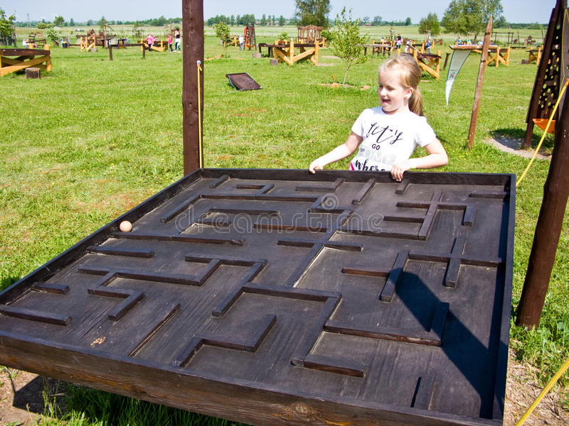 Fille et jouet éducatif dehors photos stock