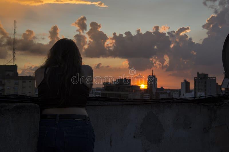 Fille et les nuages image libre de droits