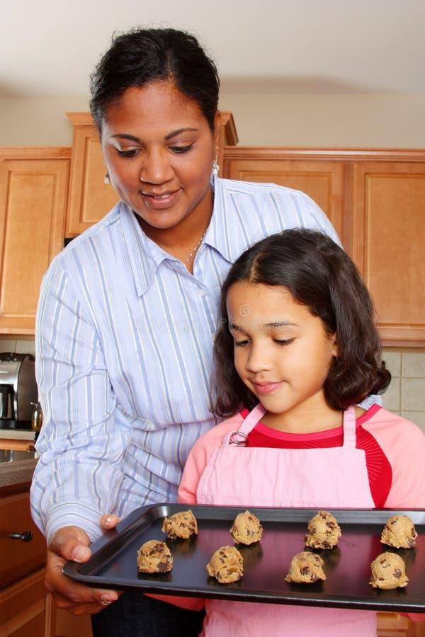 Fille et mère avec des biscuits images stock