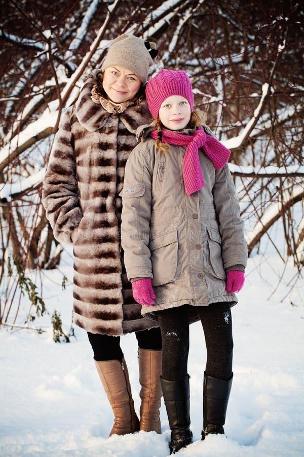 Fille et mère de sourire photographie stock