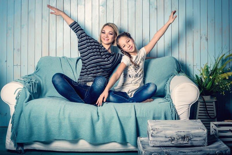 Fille et mère sur le sofa photographie stock libre de droits