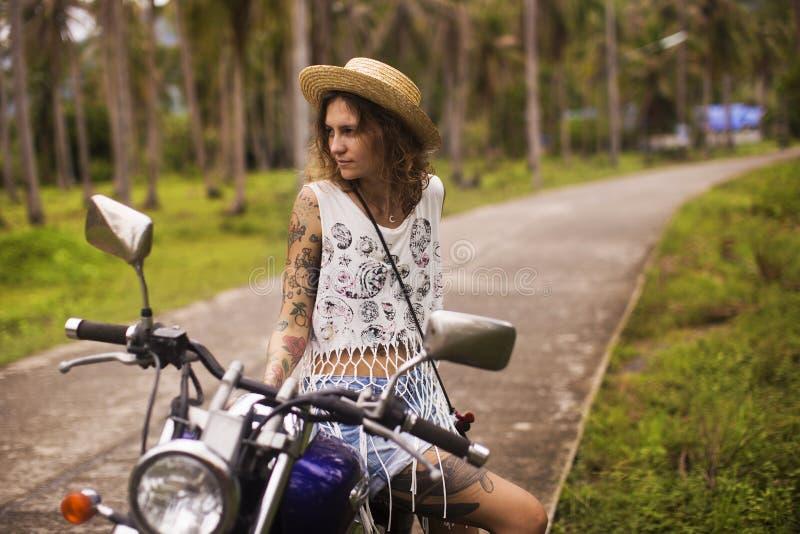Fille et moto image stock