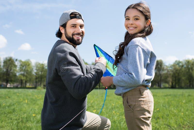 fille et père heureux avec le cerf-volant sur le pré photo libre de droits