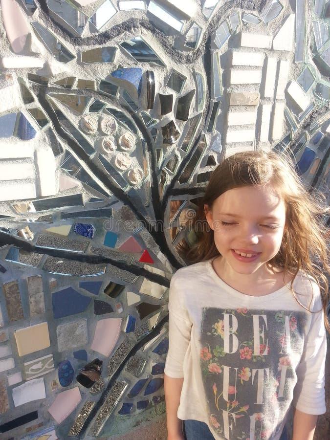 Fille et peinture murale images stock