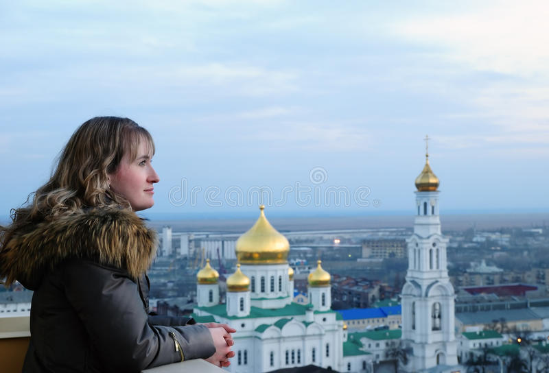 Fille et religion. Cathédrale. Rostov-on-Don. photographie stock