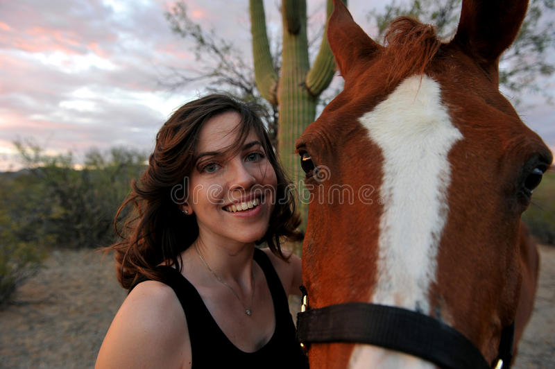 Fille et son cheval image stock