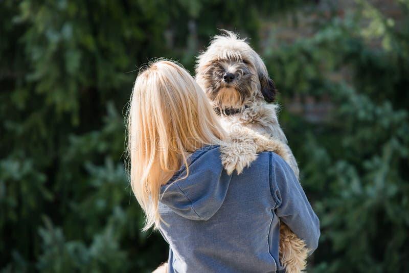 Fille et son chien image stock