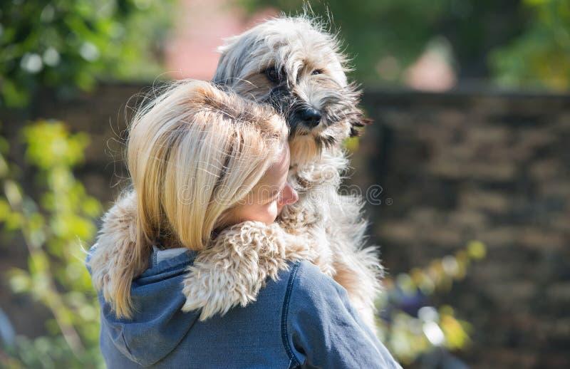 Fille et son chien photographie stock libre de droits