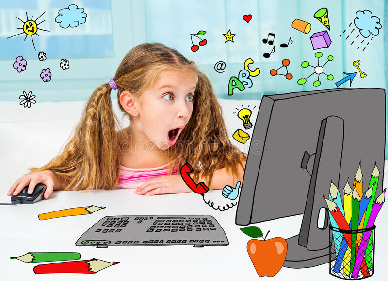 Fille et son ordinateur magique photos stock