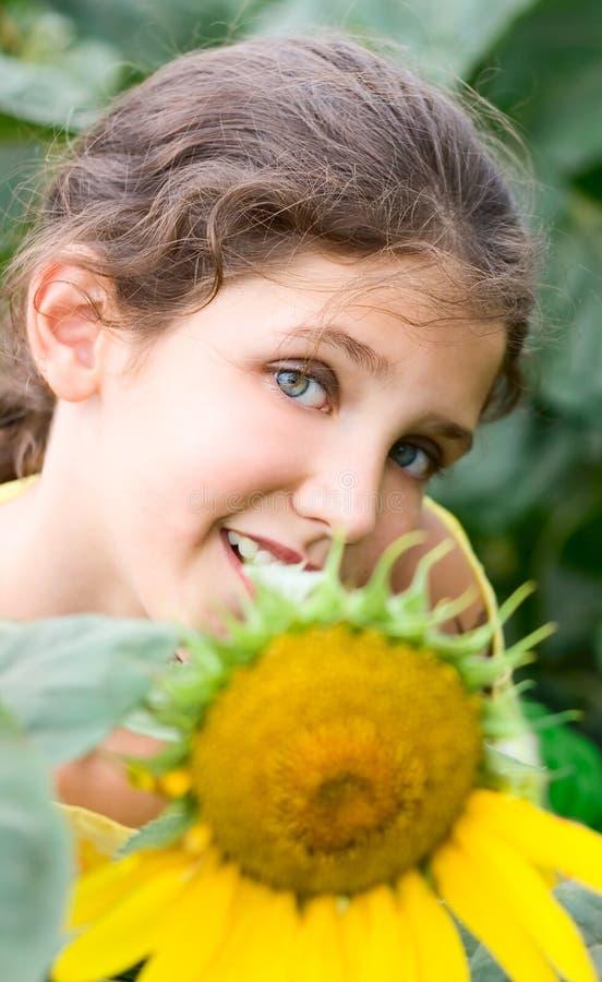 Fille et tournesol de l'adolescence de beauté images stock