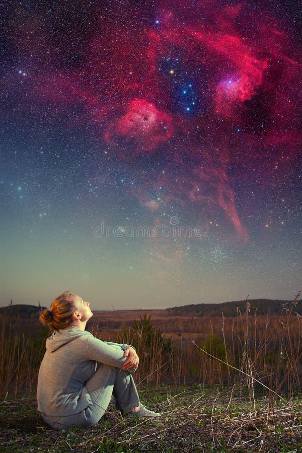 Fille et un ciel étoilé. photo stock