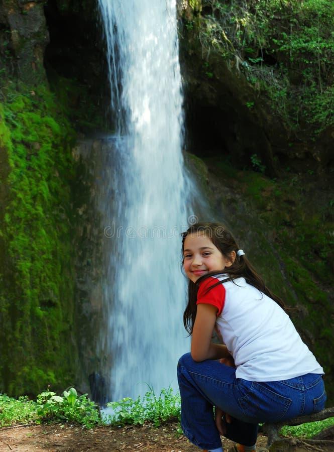 Fille et une cascade à écriture ligne par ligne photographie stock libre de droits