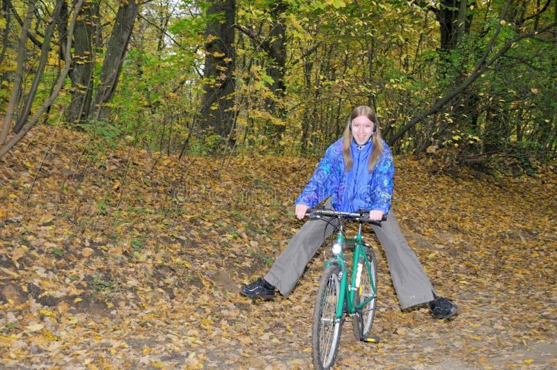 Fille et vélo intéressants images stock