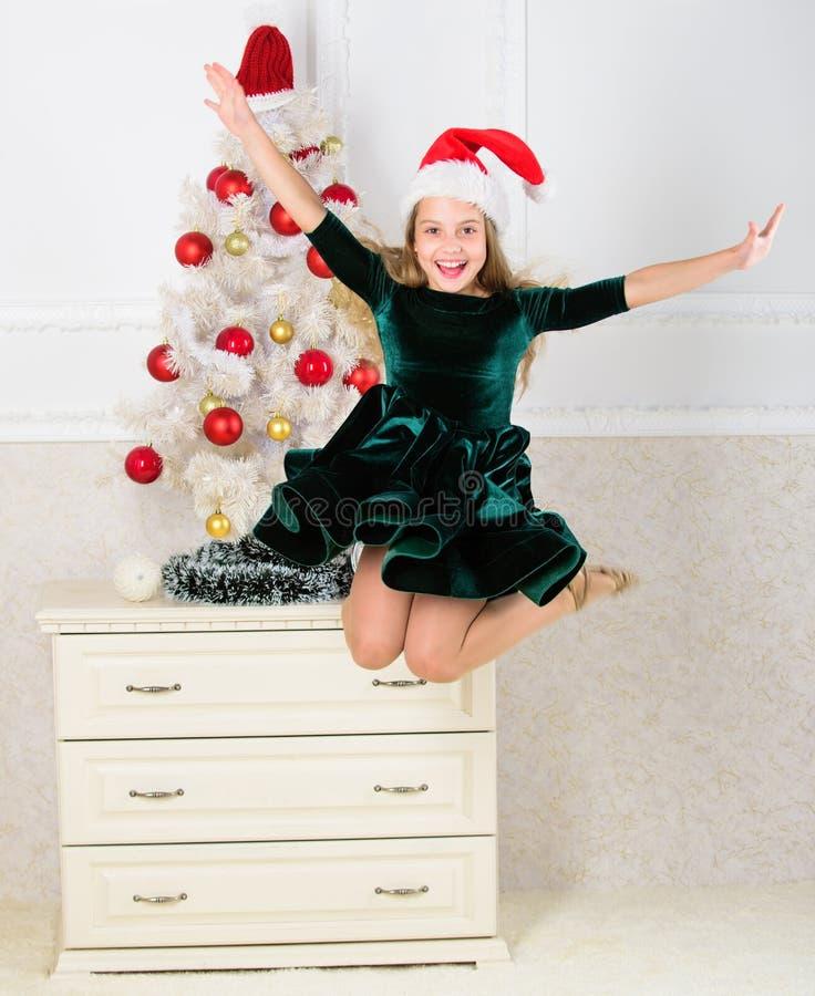 Fille excitée au sujet du plein vol de saut de Noël Pente émotive d'enfant arrêter ses sentiments Célébrez le concept de Noël fil photos stock