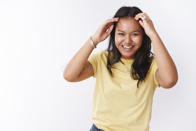 Fille exprimant le vibraphone positif avec bonne humeur, vérifiant la coupe de cheveux tandis que danse souriant largement du bon image libre de droits