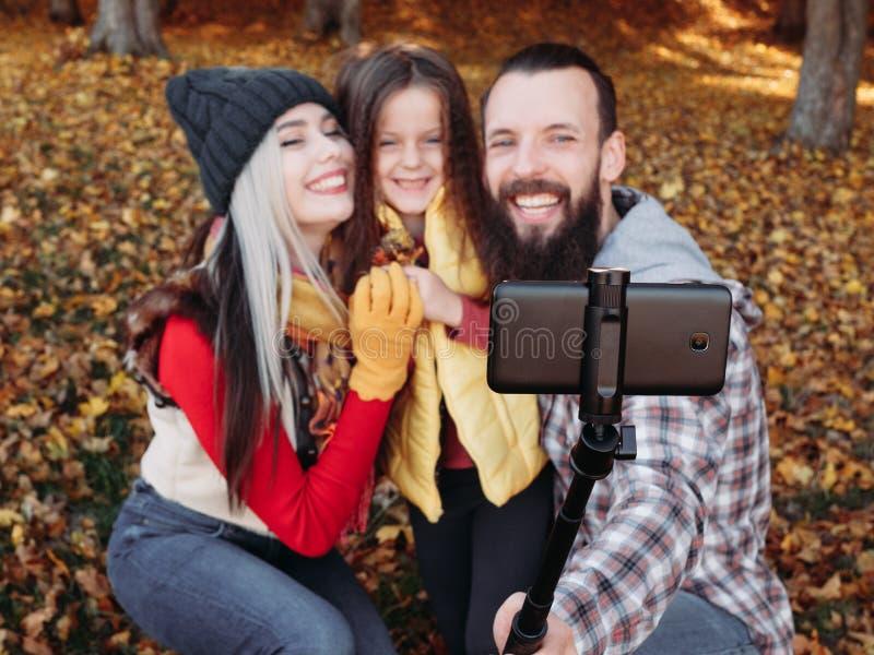 Fille extérieure de selfie de parents de loisirs de chute image libre de droits
