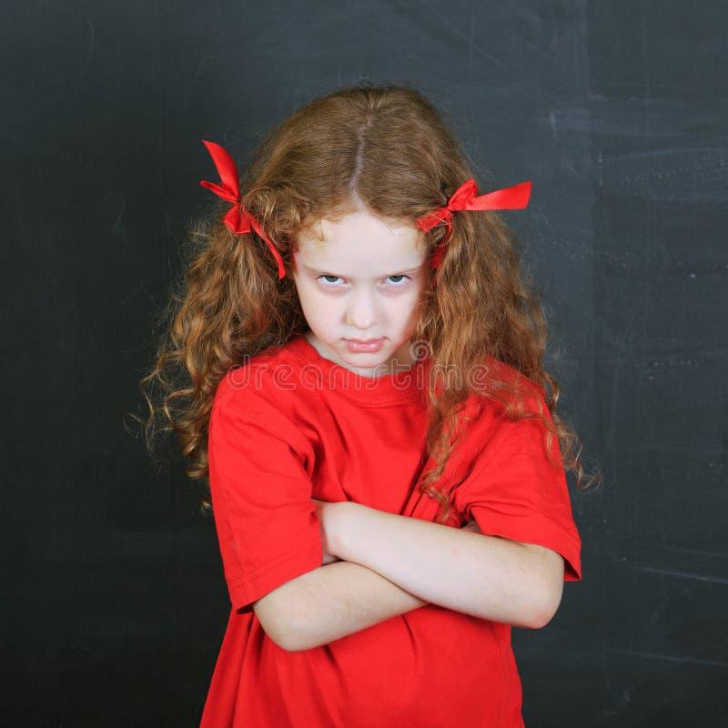 Fille fâchée dans le T-shirt rouge Caractère d'enfant photo stock