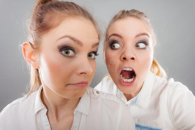 Fille fâchée de fureur criant à son ami ou plus jeune soeur photo stock