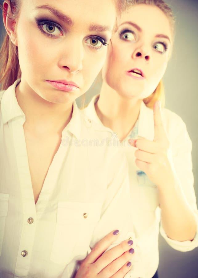 Fille fâchée de fureur criant à son ami ou plus jeune soeur photo libre de droits