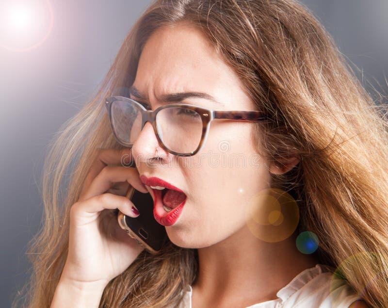 Fille fâchée et hurlement au téléphone images libres de droits