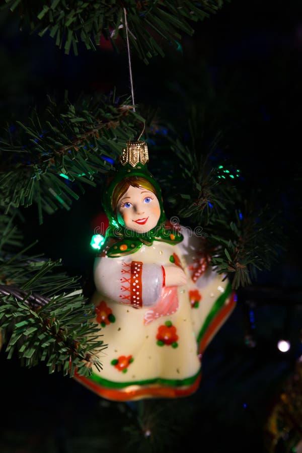 Fille fabriquée à la main de Russe de boule d'arbre de Noël image libre de droits