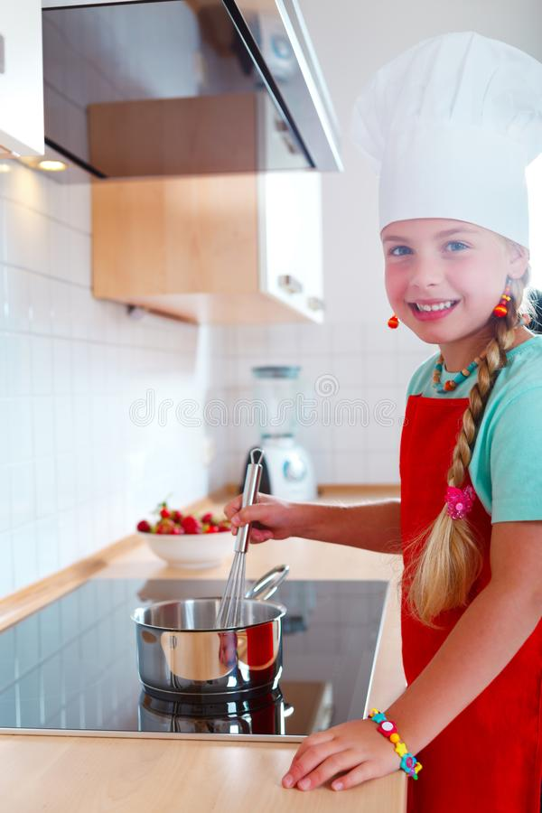 Fille faisant cuire dans la cuisine moderne photo libre de droits