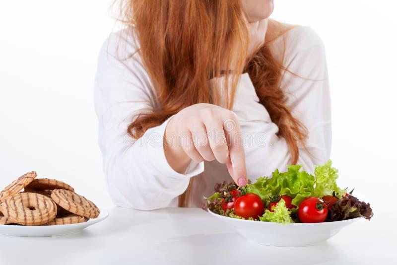 Fille faisant des choix d'alimentation saine photos stock