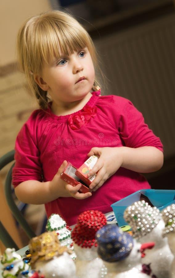 Fille faisant des décorations de Noël photos libres de droits