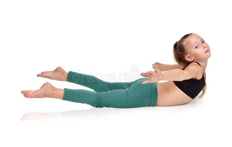 Fille faisant des exercices de yoga photographie stock libre de droits