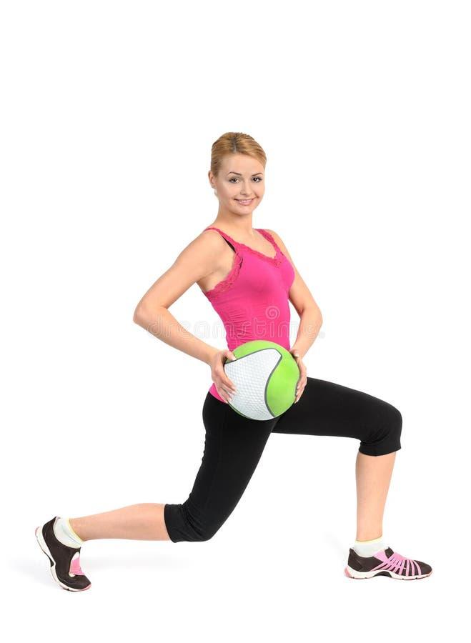 Fille faisant l'exercice de mouvements brusques avec le medicine-ball photo stock