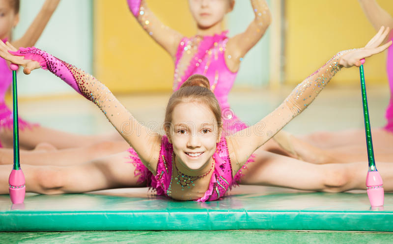 Fille faisant la gymnastique rythmique avec les massues de gymnastique image libre de droits
