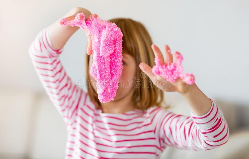 Fille faisant le jouet fait maison de boue images libres de droits