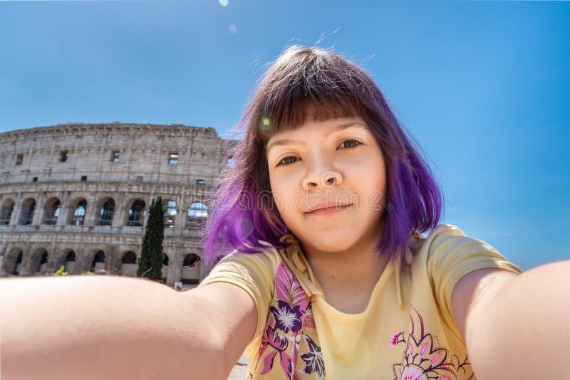 Fille faisant le selfie près de Colloseum, Rome, Italie photographie stock libre de droits