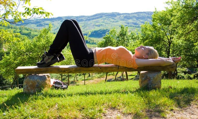 Fille faisant le yoga à l'extérieur image stock