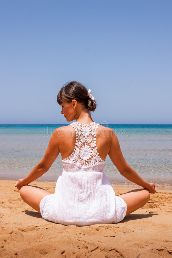 Fille faisant le yoga photos libres de droits