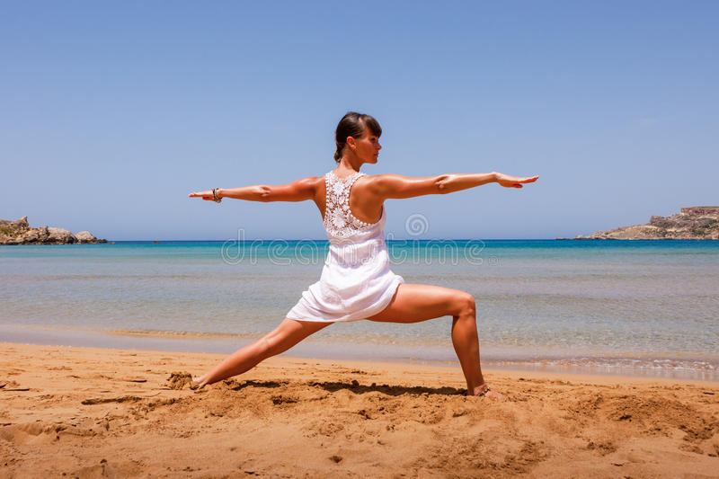 Fille faisant le yoga photos stock