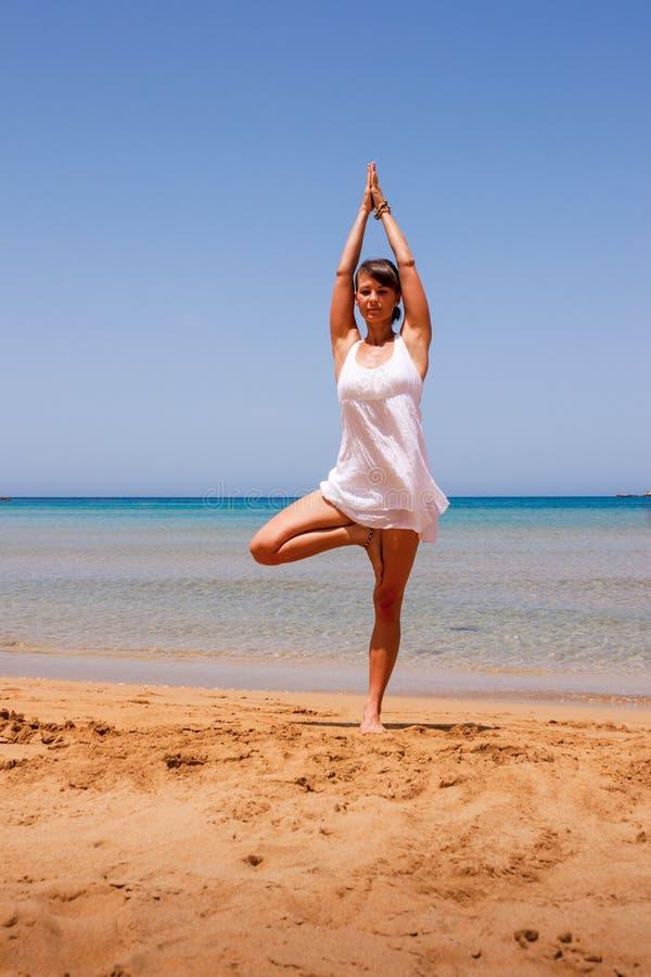 Fille faisant le yoga images stock