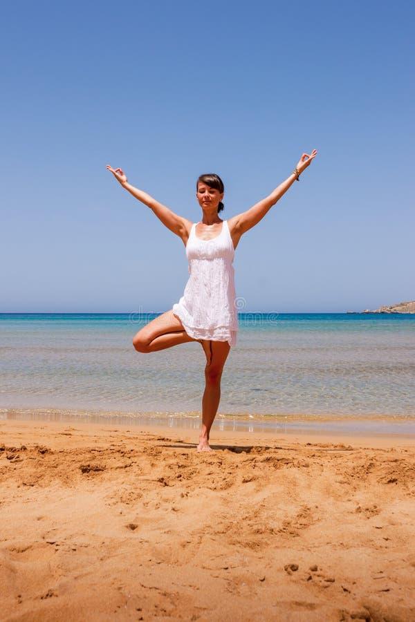 Fille faisant le yoga photographie stock libre de droits