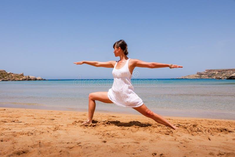 Fille faisant le yoga images libres de droits