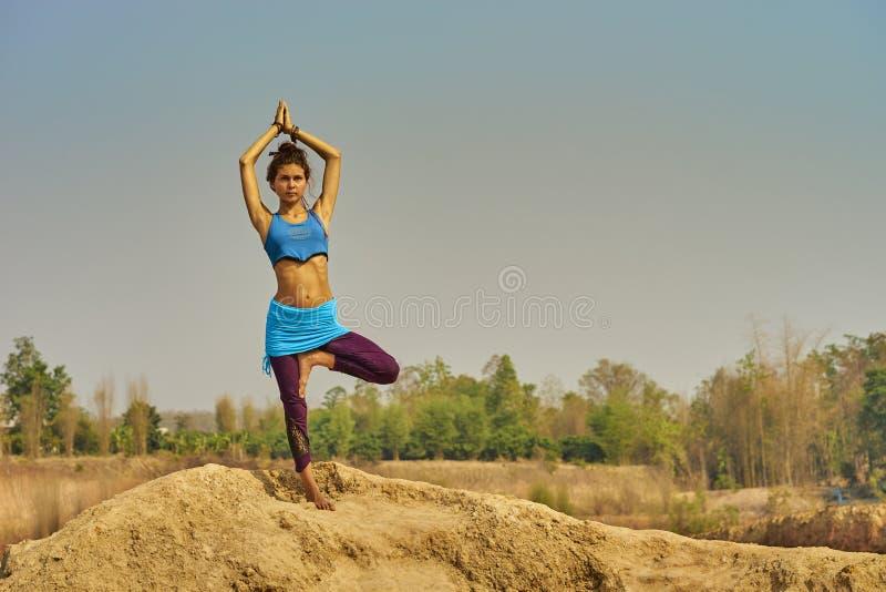 Fille faisant le yoga photos libres de droits