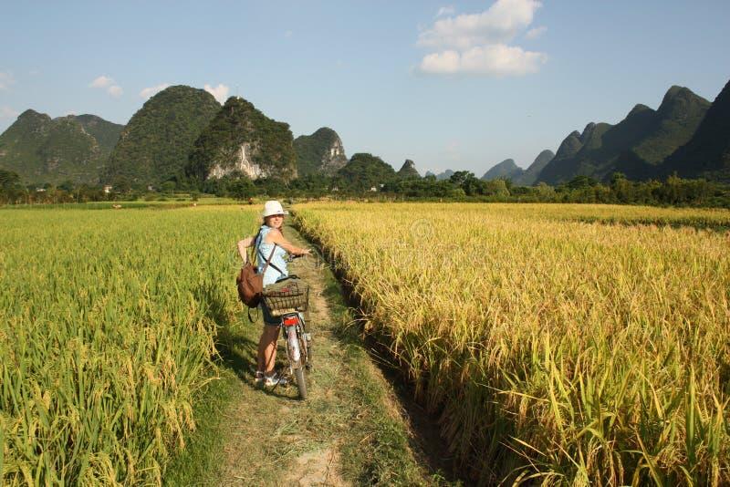Fille faisant un cycle dans le pays de la Chine photos libres de droits