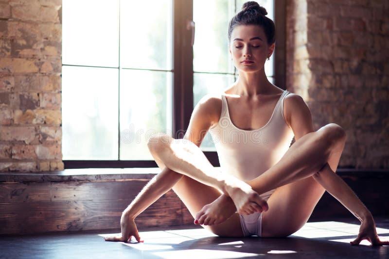 Fille flexible faisant ses classes de yoga images stock