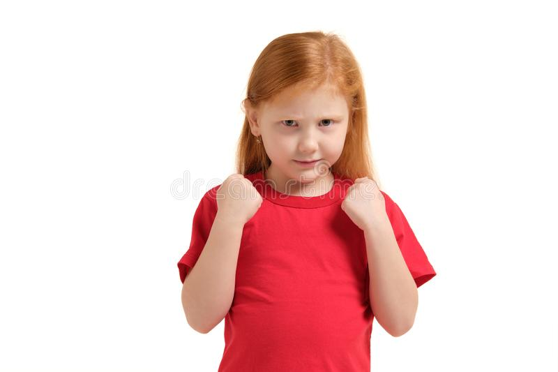 Fille folle de portrait en gros plan jeune environ pour avoir la panne atomique nerveuse, poing en air, fâché avec quelqu'un d'is images libres de droits