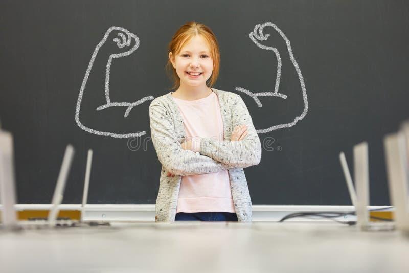 Fille forte avec la confiance en soi à l'école images libres de droits