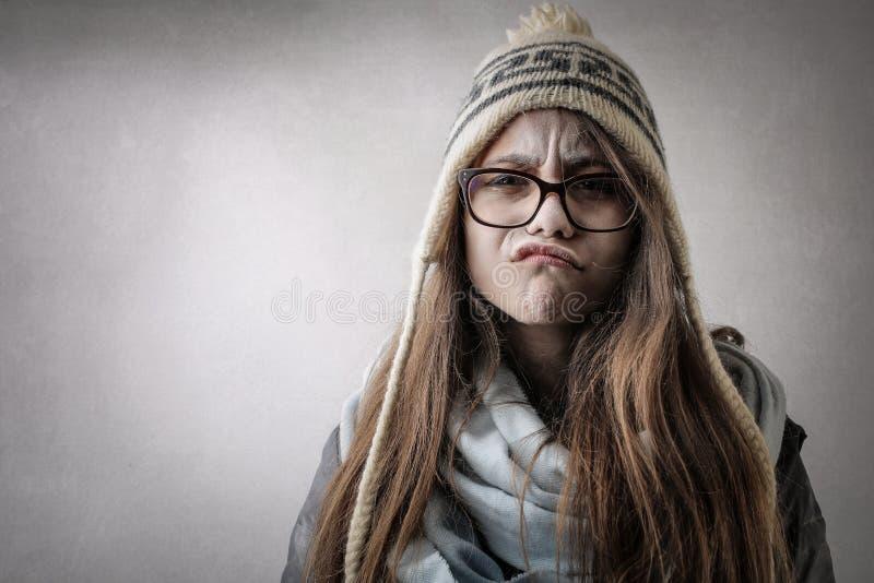 Fille froide faisant une expression drôle image libre de droits