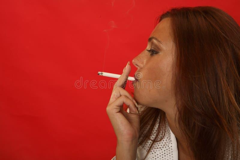 Fille de sexe fumant