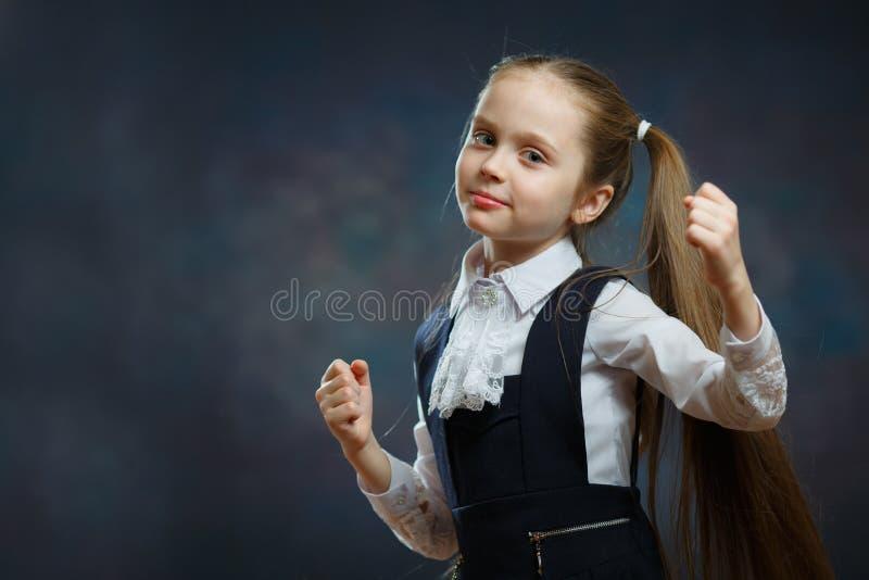 Fille futée d'école en portrait uniforme de plan rapproché image libre de droits