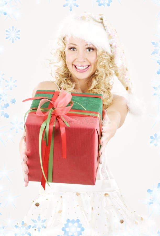 Fille gaie d'aide de Santa avec le cadre de cadeau photo libre de droits