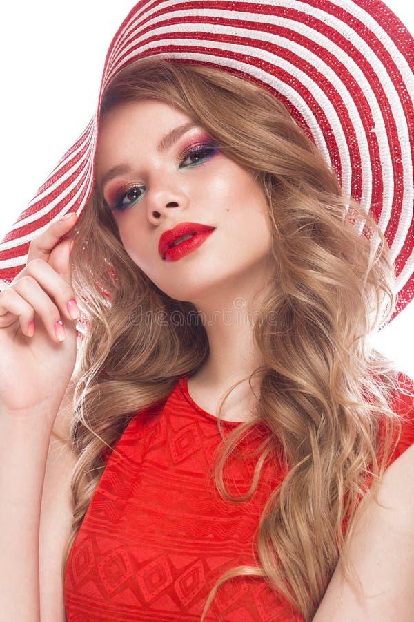 Fille gaie intelligente dans le chapeau d'été, le maquillage coloré, les boucles et la manucure rose Visage de beauté photos stock